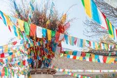 SHANGRILA, CHINA - 13 DE MARÇO DE 2015: Bandeira da oração no templo de Baiji Uma guitarra elétrica do stratocaster do F Fotografia de Stock Royalty Free