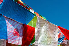 SHANGRILA, CHINA - 13 DE MARÇO DE 2015: Bandeira da oração no templo de Baiji Uma guitarra elétrica do stratocaster do F Fotos de Stock