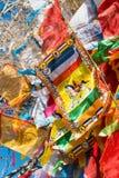 SHANGRILA, CHINA - 13 DE MARÇO DE 2015: Bandeira da oração no templo de Baiji Uma guitarra elétrica do stratocaster do F Imagens de Stock Royalty Free
