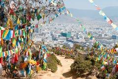 SHANGRILA, CHINA - 13 DE MARZO DE 2015: Bandera del rezo en el templo de Baiji Una guitarra eléctrica del stratocaster del F Foto de archivo libre de regalías