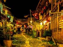 SHANGRILA, CHINA, EL 20 DE NOVIEMBRE DE 2012: opinión de la noche del centro de la ciudad vieja de la ciudad china Shangri-La con Foto de archivo