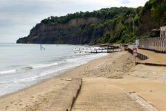Shanklin海滩怀特岛郡英国英国、普遍的游人和假日地点东海岸Sandown的海岛咆哮 库存图片