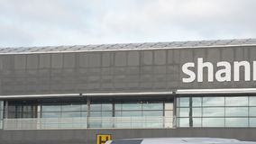 Shannon International Airport, Provincie Clare, Ierland - CIRCA 2016 - de Seconde van Ierland - grootste Internationale Luchthave stock footage