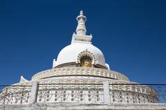 Shanti Stupa è uno stupa a cupola bianco buddista in Leh, India Fotografia Stock