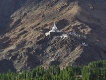 Shanti Stupa budista japonês na montanha acima das árvores, a cidade de Leh, Ladakh, Índia do norte Fotos de Stock Royalty Free