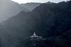 Shanti Stupa con el fondo de la montaña Fotografía de archivo libre de regalías