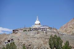 Shanti Stupa i Leh, Indien Arkivbilder