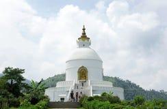Shanti Stupa sur le sommet d'Ananda de la vallée de Pokhara Photo libre de droits