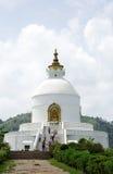 Shanti Stupa sur le sommet d'Ananda de la vallée de Pokhara Photos stock