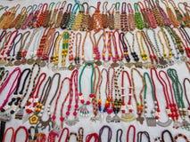Shantiniketan, Ινδίας - 16,2018 Δεκεμβρίου: Πωλώντας παραδοσιακό διακοσμήσεις ή περιδέραιο των γυναικών στοκ φωτογραφίες με δικαίωμα ελεύθερης χρήσης