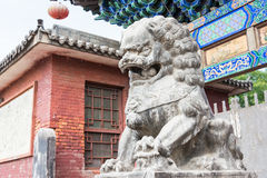 SHANXI, CHINA - de sept. el 03 de 2015: Lion Statue en el templo de Shuanglin (la O.N.U Fotos de archivo