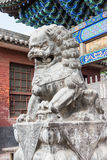 SHANXI, CHINA - Sept. 03 2015: Lion Statue an Shuanglin-Tempel (UNO Stockfotos
