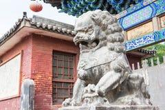 SHANXI KINA - Sept 03 2015: Lion Statue på den Shuanglin templet (FN Arkivfoton
