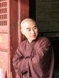 Shaoilin munk - herr Lä Kina - Maj, 25, 2016 Munk som framme står av den Shaolin templet Arkivfoton