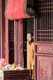 Shaoilin munk - herr Tao Kina - Maj, 25, 2016 Munk som framme står av den Shaolin templet Royaltyfria Bilder