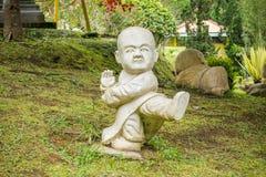 Shaolin munk Statue i en trädgårds- praktiserande Kung Fu Royaltyfria Foton