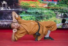 Shaolin munkar utför ingen-laddning gatashow för att främja kinesiska kampsporter royaltyfria foton
