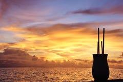 Shape av en vas med rottingar på solnedgången, Maldiverna Arkivbilder
