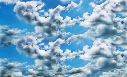 Shape av ett vitt moln med blå himmel Arkivbild