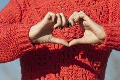 Shape av förälskelse undertecknar gjort by räcker Royaltyfri Bild
