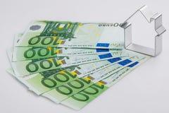 Shape av huset och pengar Arkivfoton