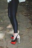 Shapely женские ноги в высоких пятках Стоковые Фотографии RF