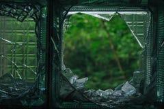 Shards του σπασμένου μπλε γυαλιού στοκ φωτογραφία με δικαίωμα ελεύθερης χρήσης