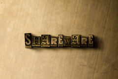 SHAREWARE - plan rapproché de mot composé par vintage sale sur le contexte en métal Photographie stock libre de droits