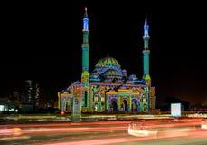 Sharja hermosa enciende festival con los modelos coloridos exhibidos en una mezquita en la ciudad imagenes de archivo