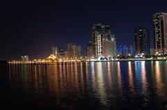 Sharjah bij Nacht stock afbeelding