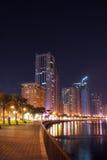 Sharjah Corniche väg på natten, Abu Dhabi Royaltyfri Fotografi