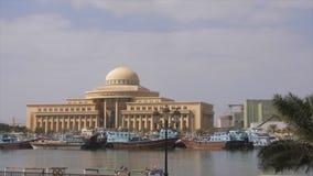 Sharjah, de V.A.E - 13 Januari, 2018: Ministerie van Cultuur en Informatie Sharjah bij Khalid-meer met boten in Verenigde Arabier stock videobeelden