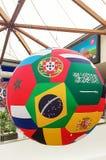 Sharjah, de V.A.E - Juni, 2018: Bal van het decoratie de grote voetbal van vlaggen van de wereld Winkelcomplex, de Sahara Stock Foto's