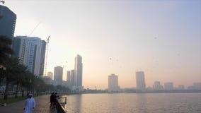 Sharjah, Emiratos Árabes Unidos - 18 de janeiro de 2018 Cais em Al Buheirah Corniche perto do lago Khalid Manhã nevoenta arabian vídeos de arquivo
