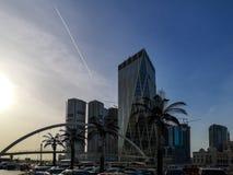 Sharjah miasto góruje, przerzuca most przy zmierzchem, ulica zdjęcia royalty free