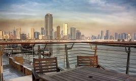 Sharjah stadssikt från Corniche Arkivbild