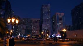 Sharjah, UAE - 10 de maio de 2018: arranha-céus de vidro modernos em nivelar a cidade de Sharjah em Emiratos Árabes Unidos Povos  filme