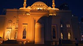 Sharjah, UAE - 10 de maio de 2018: opinião da noite em Al Noor Mosque com backlighting brilhante no lago Khalid da terraplenagem  filme