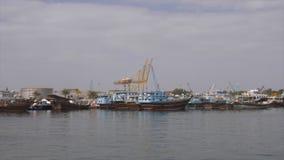 Sharjah, UAE - em janeiro de 2018: a pesca da vista panorâmica envia a posição no parque de estacionamento no porto na cidade de  vídeos de arquivo