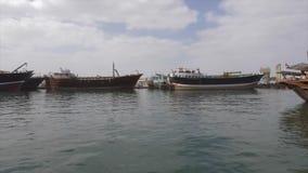 Sharjah UAE - Januari 13, 2018: Fiskebåtar som står i hamn i Sharjah, Förenade Arabemiraten arkivfilmer
