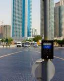 Sharjah, Verenigde Arabische Emiraten - 22 April, 2014: De knoop op de voetgangersoversteekplaats op de achtergrond Stock Afbeeldingen