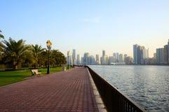 Sharjah, Verenigde Arabische Emiraten - 21 April, 2014: mening van de stad bij zonsondergang met Sharjah Stock Foto's