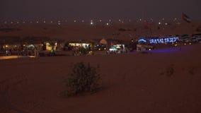 Sharjah Zjednoczone Emiraty Arabskie, Styczeń, - 15, 2018 Obóz w pustyni Dżipa safari wycieczka Noc widok pawilony zbiory wideo