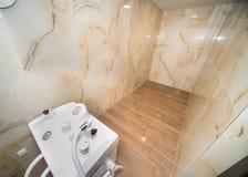 Sharko阵雨在一家五星旅馆的温泉中心在Kranevo,保加利亚 免版税库存照片