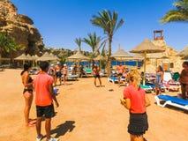 Sharm El谢赫,埃及- 2017年9月25日:动画比赛的游人在旅馆作海滩胜地Sharm 5个星 免版税库存图片