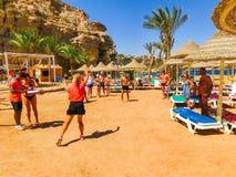 Sharm El谢赫,埃及- 2017年9月25日:动画比赛的游人在旅馆作海滩胜地Sharm 5个星 库存照片