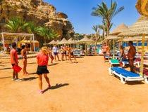 Sharm El谢赫,埃及- 2017年9月25日:动画比赛的游人在旅馆作海滩胜地Sharm 5个星 免版税库存照片