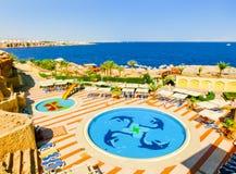 Sharm El谢赫,埃及- 2017年9月25日:豪华旅馆看法作海滩胜地Sharm 5个星与蓝色的天 免版税库存照片