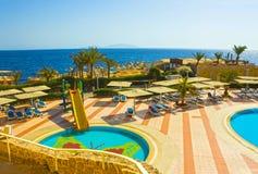 Sharm El谢赫,埃及- 2017年9月24日:豪华旅馆看法作海滩胜地Sharm 5个星与蓝色的天 免版税库存照片