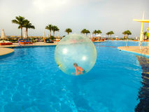 Sharm El谢赫,埃及- 2017年4月09日:一个可膨胀的气球的小女孩,获得在水的乐趣 库存图片